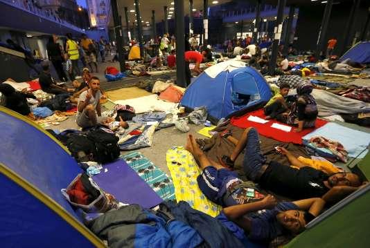 Des réfugiés attendant à l'extérieur d'une gare à Budapest, le 28 août.