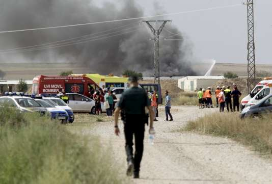 Plusieurs panaches de fumée s'élèvent des entrepôts de l'entreprise, sur son terrain de 12hectares.