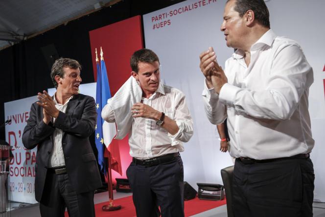 David Assouline, sénateur de Paris, Manuel Valls, premier ministre, et Jean-Christophe Cambadélis, premier secrétaire du PS, lors de la réunion de clôture de l'université d'été du PS à LaRochelle, dimanche 30août.