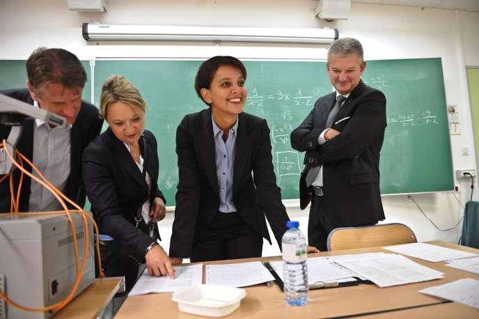 Najat Vallaud-Belkacem, ministre de l'éducation, et Olivier Falorni, député de la Charente-Maritimes, dans un collège à La Rochelle, le 28 août.