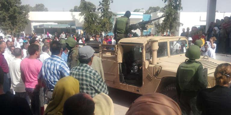 Des soldats tunisiens montent la garde devant un hôpital de Sidi Bouzid après une opération contre des djihadistes présumés à Sidi Ali Ben Aoun le 15 juin 2015.