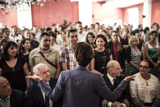 La Ministre de l'éducation, Najat Vallaud-Belkacem s'adresse aux professeurs deu lycée Hippolyte Fontaine, à Dijon, le 31 août  2015.