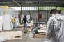 Dans le centre pour demandeurs d'asile de Rocourt (près de Liège), des réfugiés somaliens volontaires pour les petits travaux communautaires, sont mis à contribution.