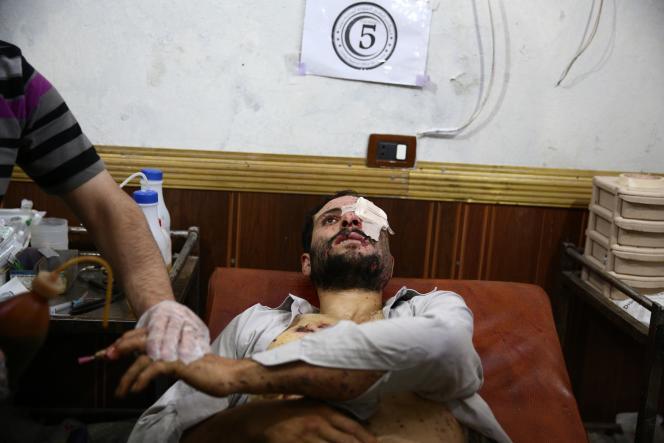 Un homme blessé par une frappe des forces gouvernementales syriennes à Douma, près de Damas, le 26 août.