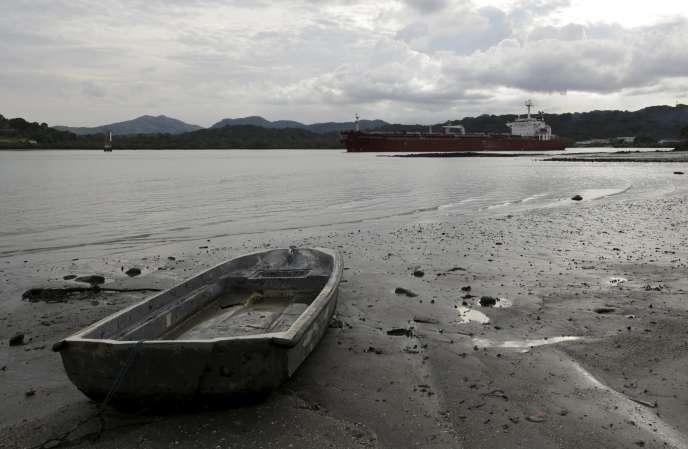 En raison des sécheresses provoquées par El Niño, les autorités du Canal de Panama ont annoncé qu'elles allaient abaisser temporairement le nombre de navires pouvant emprunter ce couloir maritime
