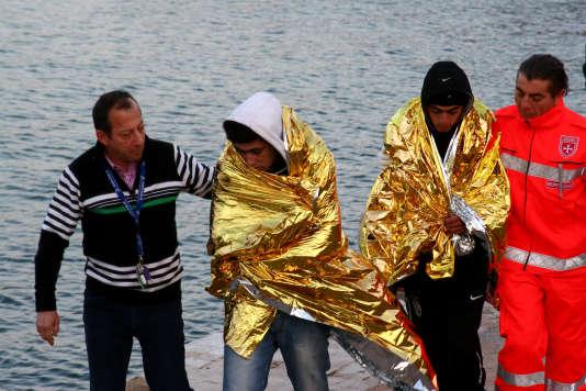 Des réfugiés tunisiens pris en charge sur l'île de Lampedusa en 2011.