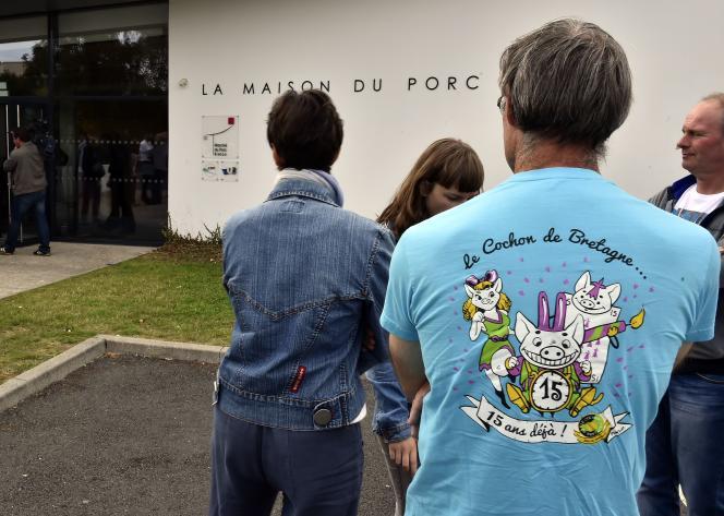 Devant la Maison du Porc de Bretagne à Plérin le 2à août 2015.
