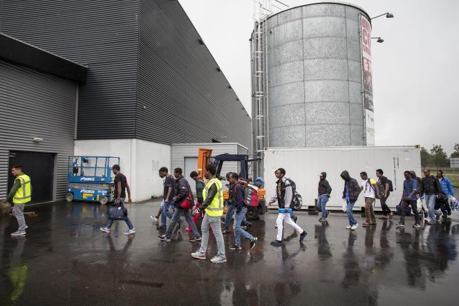 Des demandeurs d'asile arrivent dans un centre d'accueil à Goes, dans le sud des Pays-Bas, le 20 juillet 2015.