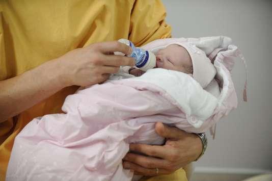 Un nouveau-né à la maternité d'Angers.
