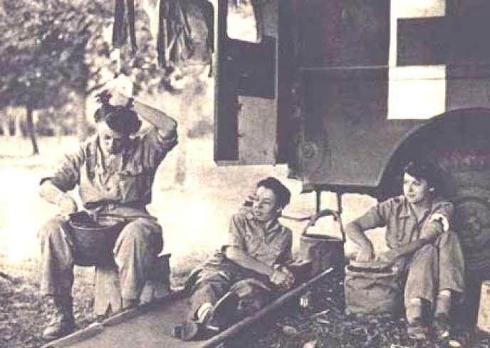 De gauche à droite, Arlette Hautefeuille, Lucienne Bonnal, Rosette Trinquet, en Normandie, en 1944.