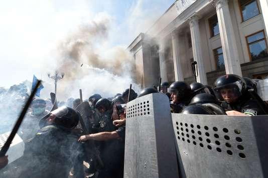 Des heurts ont éclaté devant le Parlement ukrainien, à Kiev, lundi 31 août. Un deuxième policier est mort.
