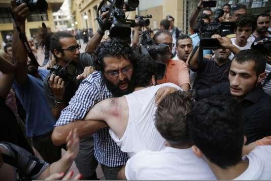 """Des militants du collectif """"Vous puez"""" violemment évacués du ministère de l'environnement par la police, mardi 1er septembre."""