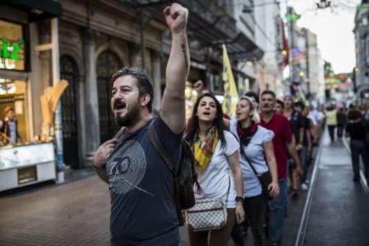 Manifestation à Istanbul contre l'offensive anti-kurdes du gouvernement, mardi1erseptembre.