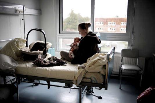 Alors que le nombre de naissances est resté relativement stable, le nombre de maternités a été divisé drastiquement. Sur la photo, la maternité de Clamecy (Nièvre), avant sa fermeture en mars 2008.