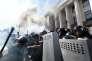 Affrontements entre manifestants d'extrême droite et policiers, aux abords du Parlement, à Kiev, lundi 31août.