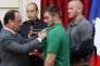 François Hollande décorant les « héros » du Thalys de la Légion d'honneur, à l'Elysée le 24 août.