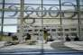Le logo de Google vu à travers les vitres du Moscone Center de San Francisco en juin 2012.