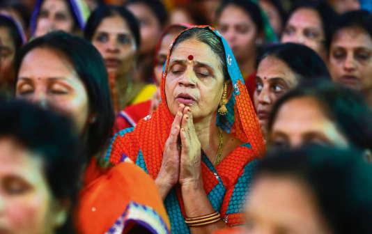 """En Inde, les membres de la communauté jaïn ont défilé dans les rues (ici, à Mumbaï, le 24 août 2015) pour défendre leur droit à se laisser mourir de faim, selon le rituel du """"santhara""""."""