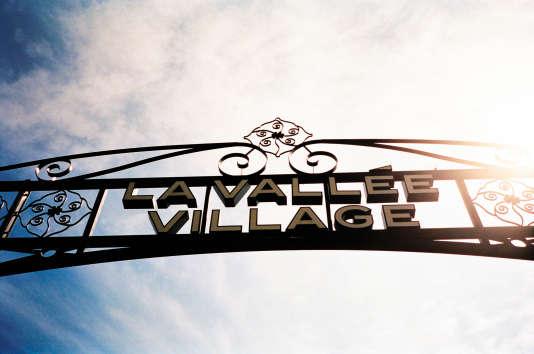 A Serris (Seine-et-Marne), l'entrée de La Vallée Village ressemble en tout point à celle d'un parc d'attractions…