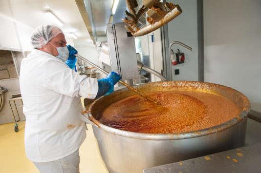 La cuisine centrale de Rouen développe depuis 2011 l'approvisionnement local, comme la viande de bœuf utilisée dans la bolognaise.