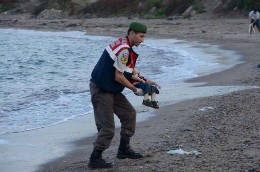 Une des photos d'Aylan Kurdi, enfant syrien mort noyé en tentant de rejoindre l'île de Kos avec sa famille. Ces images ont bouleversé citoyens et responsables politiques jeudi 3 septembre.