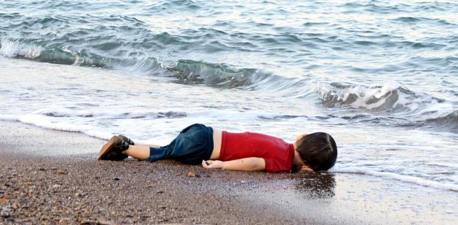 L'une des photos du petit Syrien noyé, faites par Nilufer Demir.