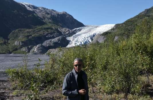 Barack Obama devant le glacier Exit à Seward en Alaska le 1 septembre 2015.