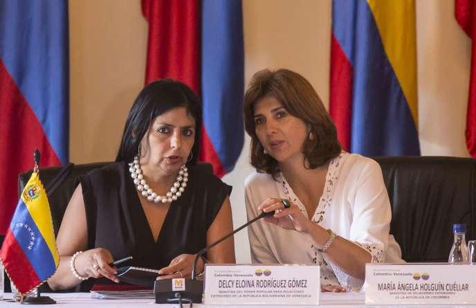 La ministre colombienne des affaires étrangères, Maria Angela Holguin (à droite), et son homologue vénézuélienne, Delcy Rodriguez, lors d'une précédente réunion, le 26 août, à Carthagène, en Colombie. Les deux ministres devaient se retrouver samedi à Quito.