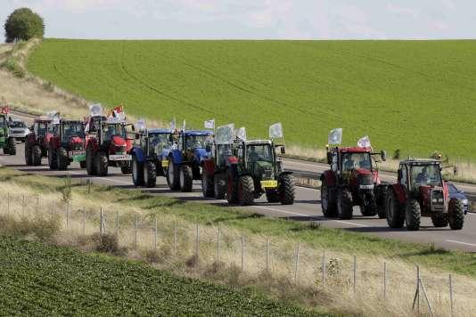Des centaines d'agriculteurs convergent vers la capitale en vue de manifester près de Reims le 2 septembre 2015.