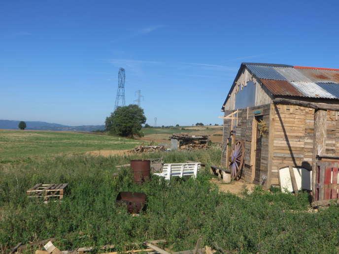 La maison de l'Amassada, refuge des opposants au projet de transformateur électrique, enaoût2015, à Saint-Victor-et-Melvieu (Aveyron).