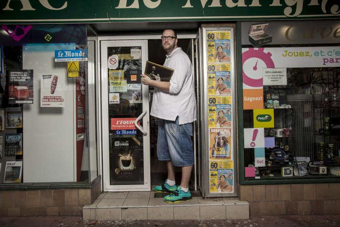 Frederic Weis, devant son bar-tabac, à Limoges fin août.