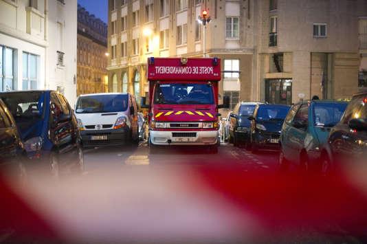 Un poste de commandement avancé des pompiers stationne, le 24 novembre 2011, près de l'immeuble de l'Armée du salut dans le 11e arrondissement de Paris.