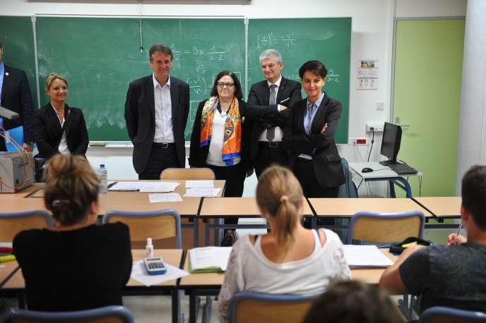 La ministre de l'éducation nationale, Najat Vallaud Belkacem, en visite dans un établissement scolaire de La Rochelle, fin août 2015.