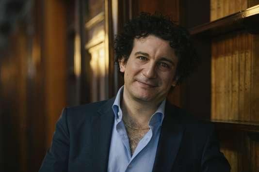 Le nouveau directeur musical de La Monnaie, Alain Altinoglu, lors d'une conférence de presse à Bruxelles, le 2 septembre 2015.