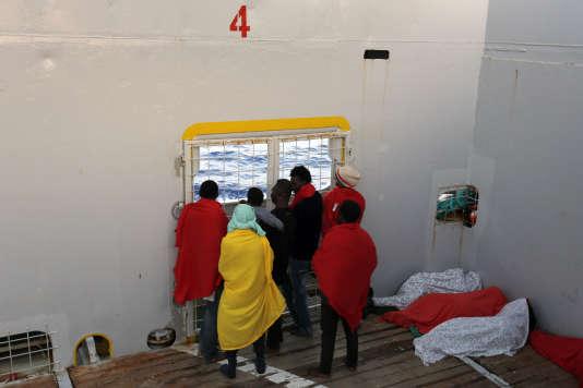 Des migrants arrivant dans le port italien de Cagliari, le 2 septembre 2015.
