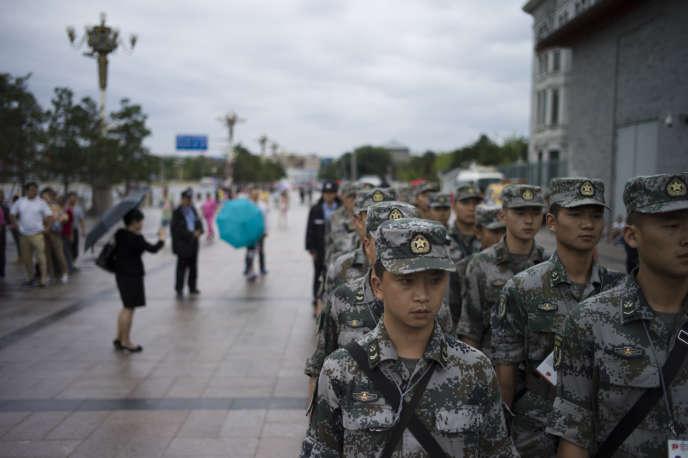Des militaires chinois sur la place Tiananmen, le 1er septembre, avant la parade du 3 septembre.