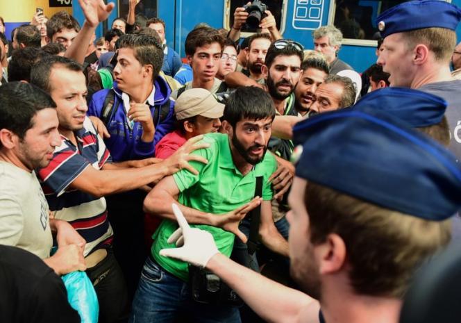Les autorités hongroises empêchent des migrants de se rendre en Autriche par le train, mardi 1er septembre.