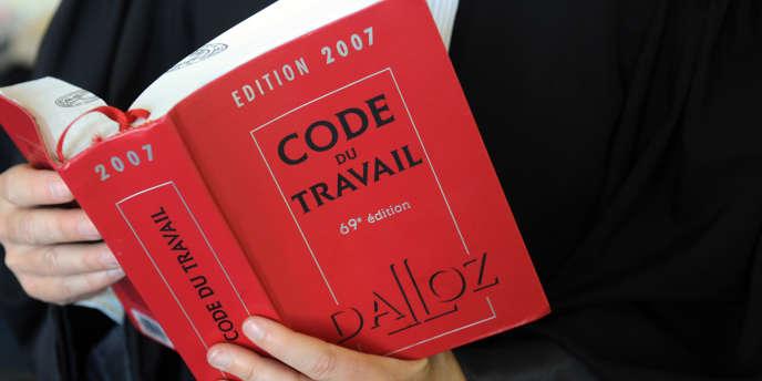 Licencier un salarié malade peut se révéler in fine très coûteux pour l'employeur (Code du travail Dalloz).