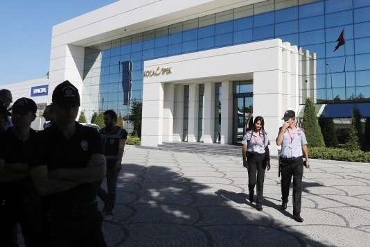 Des officiers de police devant le siège de la holding Koza Ipek lors de la perquisition de ce dernier à Ankara le 1er septembre.