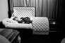 James Dean jouant au mort dans une entreprise depompes funèbres deFairmount (Indiana), saville d'enfance, en 1955.