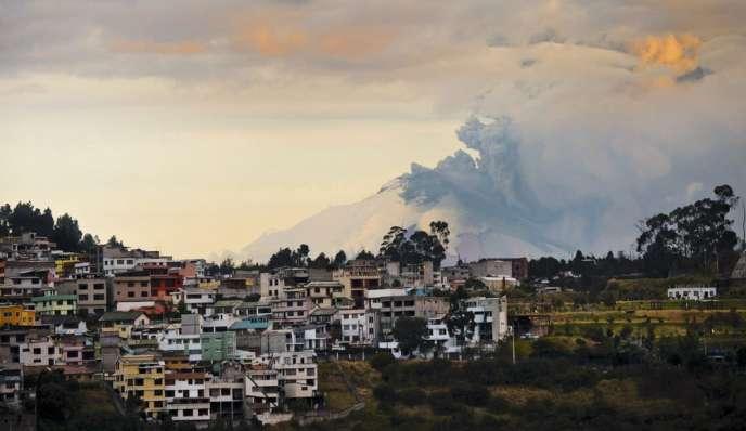 L'éruption du Cotopaxi au-dessus de Quito, le 27 août 2015.