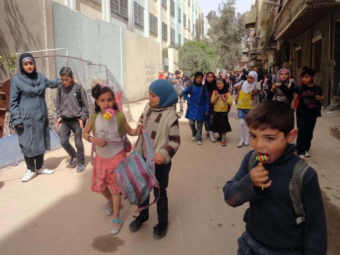 Des enfants sortent d'une école dans un camp de réfugiés palestiniens à Damas en Syrie le 20 avril 2015.