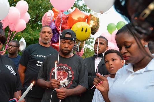 Le père de Jamyla Bolden lors d'une veillée en hommage à sa fille de 9 ans, tuée par une balle perdue à Ferguson (Missouri).