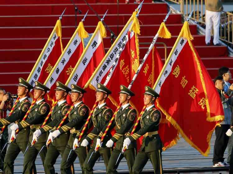 Jeudi, quelque 12 000 soldats et 500 engins ont pris part à la parade militaire, survolée par près de 200 avions et hélicoptères, symboles de la puissance montante de la Chine sur la scène internationale.