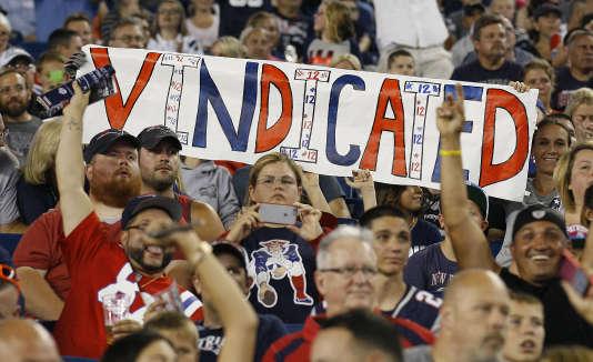 Des fans de l'équipe de football américain des New England Patriots affichent leur soutien au joueur vedette Tom Brady.