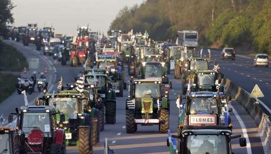 Des tracteurs arrivent à Paris, sur l'A10, jeudi 3 septembre.