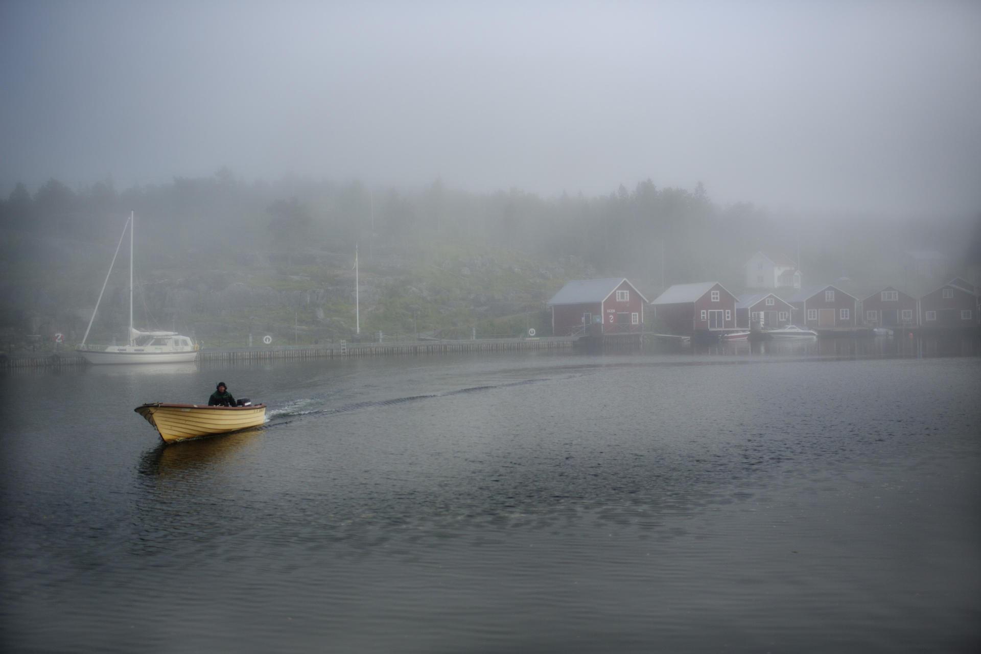 Le minuscule village de pêcheurs de Bönhamn noyé dans la brume.