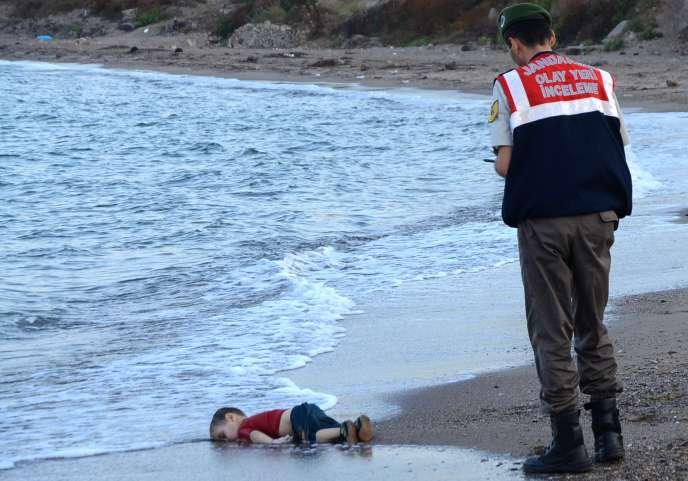 Sur la plage de Bodrum où le corps d'Aylan Kurdi a été retrouvé le 2 septembre.