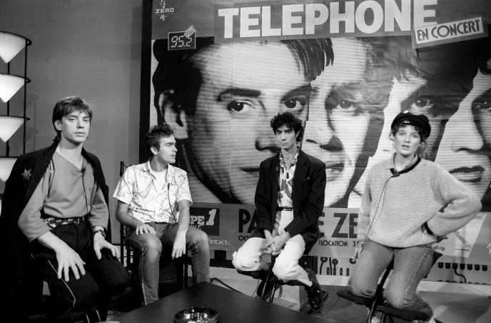 Le groupe de rock français Téléphone avec Jean-Louis Aubert, Richard Kolinka, Louis Bertignac et Corine Marienneau, sur le plateau de TF1, le 8 octobre 1984.