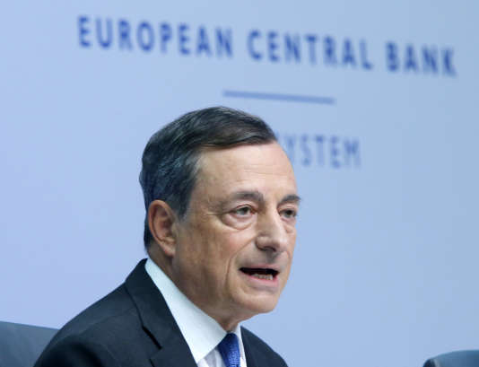 Depuis mars 2015, la BCE achète chaque mois pour 60 milliards d'euros de dettes, essentiellement publiques, afin de relancer le crédit, faire baisser l'euro et ainsi stimuler l'activité, ce qui doit in fine soutenir l'inflation.